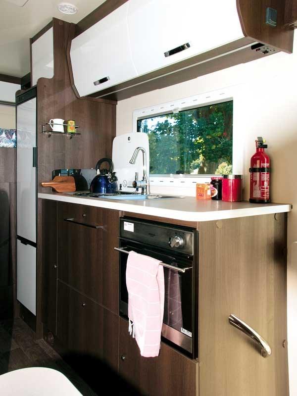 La cuisine du Roller Team Zefiro 690 fait une bonne taille et est correctement équipée
