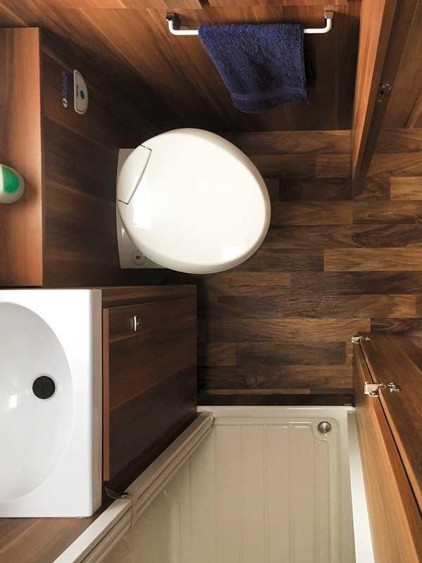 Belle salle de bain du Salon et sièges pivotants du roller team t line 590 vu de dessus
