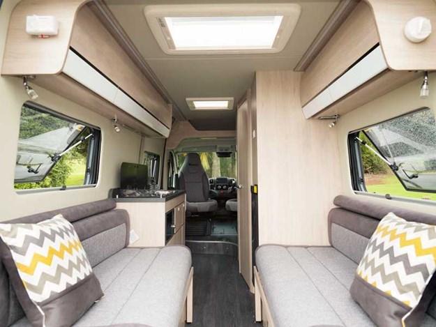 La configuration classique du Benimar Benivan 120 avec le beau salon et ses banquettes face à face