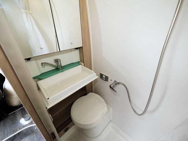 Espace salle de bain du benimar benivan 120 avec le lavabo repliable