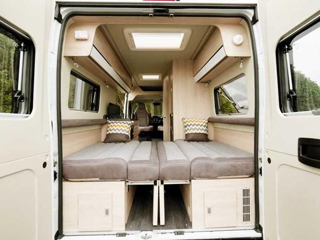 Le lit arrière est grand et simple à installer dans le benimar benivan 120