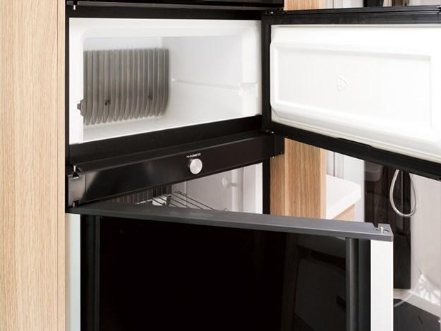 Le réfrigérateur congélateur du Neismann + Bischoff ARTO B5E peut s'ouvrir du côté que vous préférez