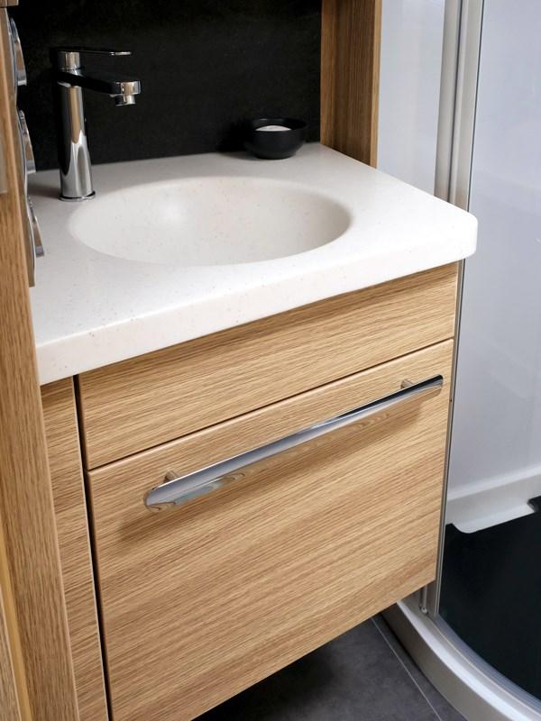 le beau lavabo et son meuble sous vasque du camping-car Neismann + Bischoff ARTO B5E