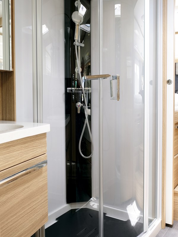 Une vraie douche luxueuse dans le Neismann + Bischoff ARTO B5E