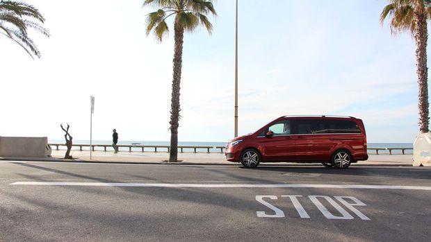 Le Mercedes Benz Marco Polo sur la route au bord de la mer en Espagne