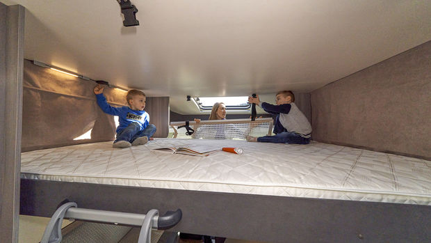 Le grand lit rabattable du Hobby Optima T 65 HKM offre une faible hauteur de plafond