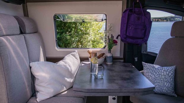 Le coin salon du Frankia Yucon 7.0 Roomy qui peut être converti en couchage pour 4 personnes