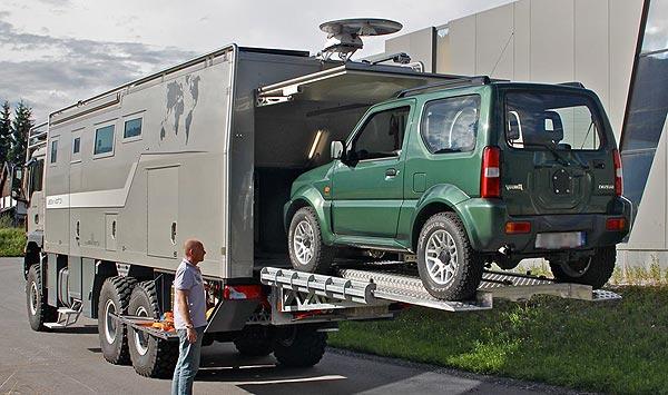 Salon du camping-car : l'action mobil atacama 7900 avec un 4x4 pénetrant le garage arrière du camping-car